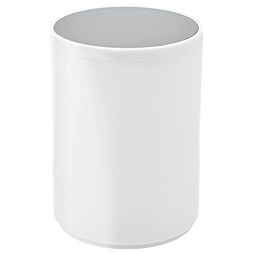 mDesign Mülleimer mit Schwingdeckel für Bad oder Küche – runder Kosmetikeimer aus Kunststoff – kompakter Abfalleimer in schlichtem Design – weiß und grau