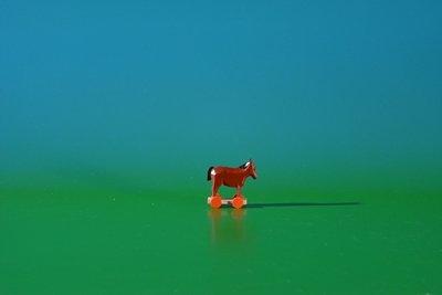 Miniatuur paard op wielen hoogte ca. 2,6 cm NIEUW bandenvet houten dier zeep ertsgebergte