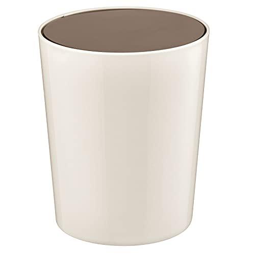mDesign Cubo de basura con tapa basculante para baño o cocina – Papelera redonda de plástico – Contenedor de residuos compacto – color crema/bronce