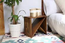 HANNUN Mesita Lebi/Mesita Auxiliar Geométrica/Mesita de Madera Maciza Original Artesanal Fabricada a Mano, Color Nogal Envejecido