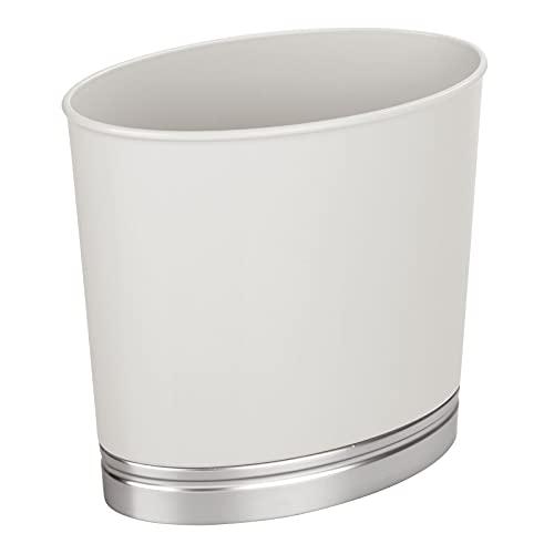 mDesign Papelera de baño – Papelera de diseño para cuarto de baño – Resistente cubo de basura hecho en plástico con acabado cepillado – gris claro/cepillado