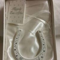 Just Married Blanc et argent en forme de fer à cheval plaque à suspendre Mariage Environ 9.5 x 8.5 cms