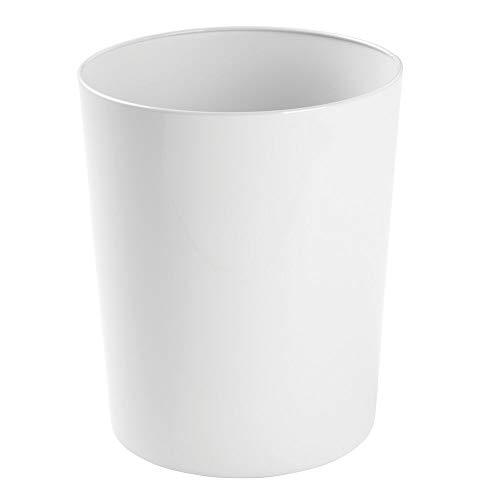 mDesign Papelera metalica – Atractivo cubo de basura para la cocina, el bano o la oficina – Preciosa papelera de diseno en metal – Accesorios de cocina y bano - Color blanco