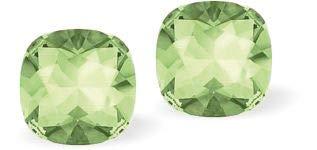 Pendientes de tuerca de cristal Swarovski cuadrados con diamantes facetados en verde crisolito afilado, 8 mm de tamaño, con pendientes de plata de ley.