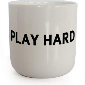 PLTY - Play Hard Becher - Tasse ohne Henkel - Handglasiertes Weiß Porzellan - Kaffeebecher mit Spruch - In Real Life - Dänisches Design