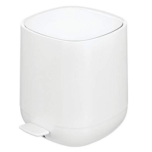 mDesign Tretmülleimer – 5 L Mülleimer aus Kunststoff mit Pedal, Deckel und Kunststoffeinsatz – perfekt als Kosmetikeimer oder Papierkorb für Bad, Küche, Büro etc. – weiß