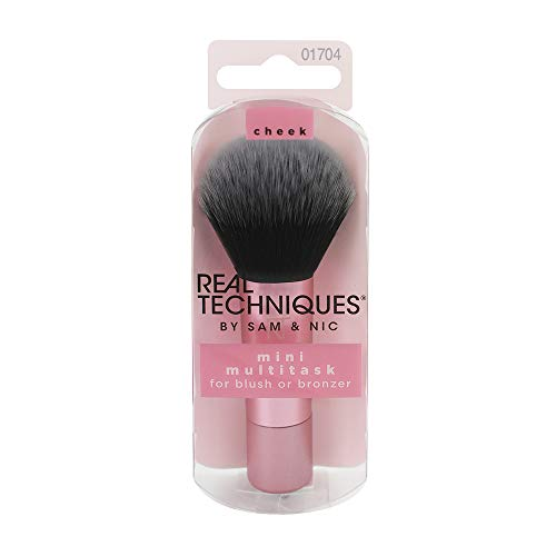 Real Techniques Mini Multitask - Brocha de maquillaje para aplicar colorete, polvos bronceadores e iluminador, tamaño mini ideal para viajes (el embalaje y el color del producto puede variar)