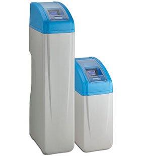 Descalcificador de agua doméstico y compacto, perfecto para espacios estrechos.