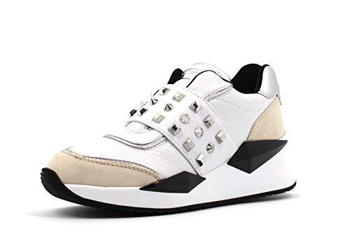 Guess Sneakers Donna, Modello Slipon (da infilare) in Pelle Bianca e Beige con Borchie argentate. Fondo in Gomma Antiscivolo con Rialzo. N.35