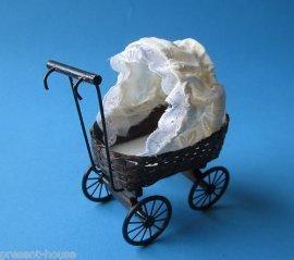 CREAL SàRL Puppenwagen geflochten ohne Kissen Puppenhausmöbel Miniatur 1:12