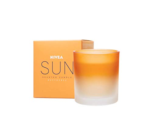 NIVEA Sun Original Duftkerze, schöne Duftkerze im Glas mit der bekannten Sun Sonnencreme-Note, zart duftende Kerze im passenden Milchglas-Behälter, 120g