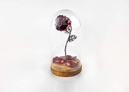 Rosa Eterna de Hierro Forjado La Bella y La Bestia con Grabado Personalizado, pétalos rojos caídos y en cúpula de cristal sobre base de madera