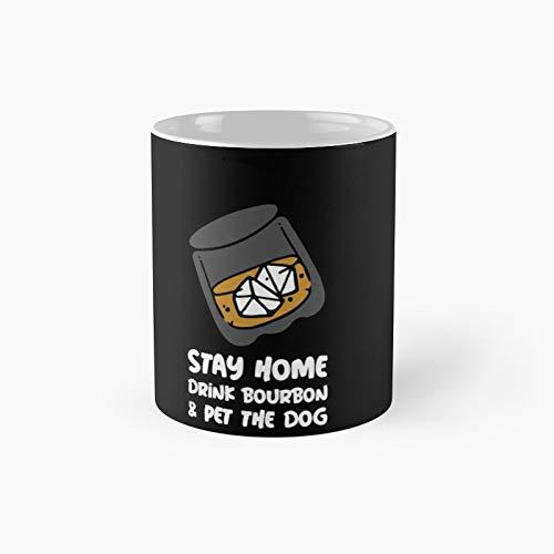 Taza clásica con texto en inglés 'Stay Home Drink Bourbon and Pet The Dog' | El mejor regalo divertidas tazas de café de 11 oz