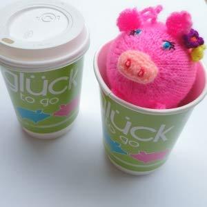 titicaca blumiges Glücksschwein in einem Glück to go Glücksbringer mit einem Schwein als Stofftier