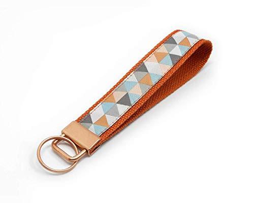Schlüsselanhänger mit geometrischem Muster   Farbe: Rost-Kupfer-Rosa   Baumwolle & Jacquardborte   Maße: 15 x 2.5 cm