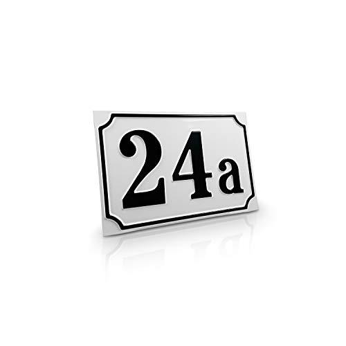 Betriebsausstattung24® Hausnummernschild Hausnummer | Mit Wunschtext Prägung | Aluminiumschild mit Antiqua-Rand | Größe: (18,0 x 12,0 cm, Weiß mit schwarzer Schrift)