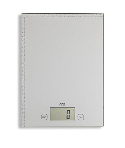 ADE Digitale Paketwaage KE 1700 Bridget. Elektronische Waage für Pakete, Päckchen und Briefe. Mit praktischem Zentimetermaß auf der Wiegefläche. Grammgenau wiegen bis 20 kg. Inklusive Batterie. Silber
