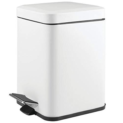mDesign Papelera de baño cuadrada – Cubo de basura con pedal, tapadera y cubeta de plástico – Elegante contenedor de residuos metálico de 6 litros para cosmética, baño, cocina u oficina – blanco