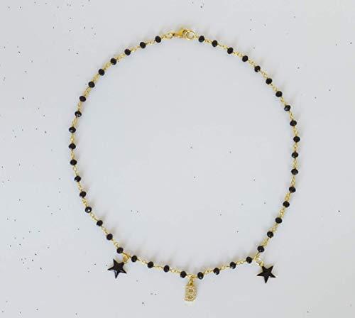 Collana choker girocollo stile rosario realizzata a mano colore oro con cristalli neri, lettera con zirconi e stelline nere.