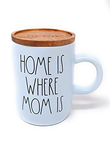 Rae Dunn Home is where Mum is Matte Blue Keramik LL Hot Kakao Kaffee Tee Tasse mit Holzdeckel Untersetzer