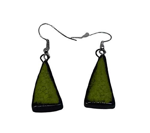 Groene keramische oorbellen in de vorm van een driehoek in appelgroen, originele handgemaakte sieraden