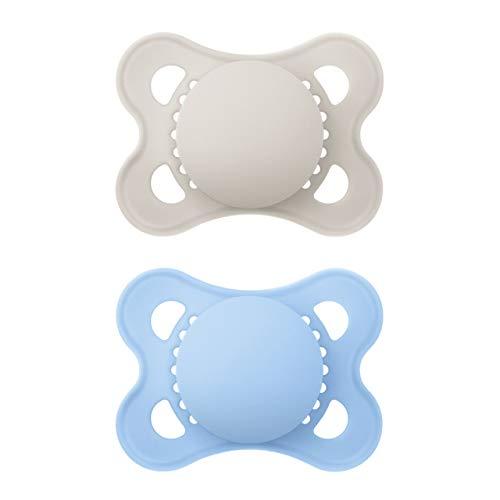MAM Original Elements Schnuller im 2er-Set, symmetrischer und kiefergerechter Baby Schnuller aus SkinSoft Silikon, stillfreundliche Form, mit Schnullerbox, 0-6 Monate, grau/blau