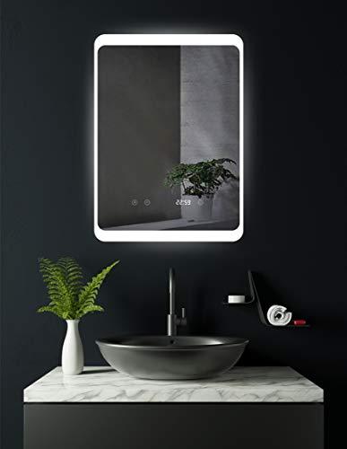 HOKO® LED Bad Spiegel beleuchtet mit Digital Uhr und ANTIBESCHLAG SPIEGELHEIZUNG und DIGITAL Uhr, Köln 50x70cm, Licht seitlich, Oben und unten. Energieklasse A+ (WEEE-Reg. Nr.: DE 40647673)