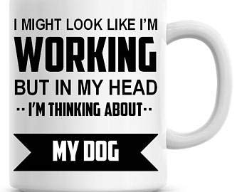 Taza de café divertida con texto en inglés 'I Might Look Like I'm Working but in My Head I'm Thinking About My Dog de 325 ml
