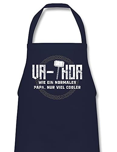 Shirtracer Vatertagsgeschenk Grillschürze - Va-Thor wie ein normaler Papa nur viel cooler - weiß - 60 x 87 cm (B x H) - Navy Blau - Geschenk - PW102 - Kochschürze für Männer und Damen
