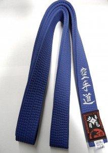 Budodrake Blaugurt Bestickt mit Karate-Do (Bestickung in Silber) Karategürtel blau bestickter Karategurt (300)