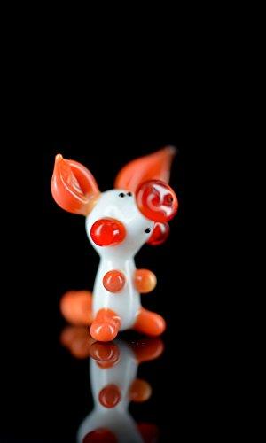 Geluksvarkentje - varkentje wit rood oranje - miniatuurfiguur van glas wit rood oranje varken - glazen figuur geluksbrenger Mini k-7 met witte lichaam en rode ruiten - glazen deco zetkast vitrine