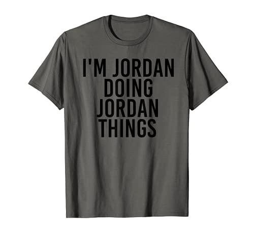 """Idea divertida de regalo de cumpleaños con texto en inglés """"I M JORDAN DOING JORDAN THINGS Camiseta"""