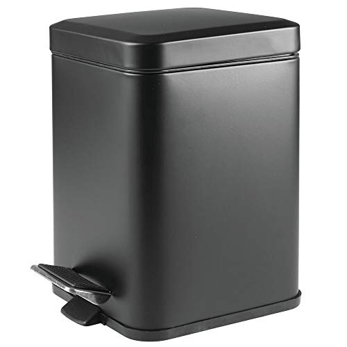mDesign Papelera de baño cuadrada – Cubo de basura con pedal, tapadera y cubeta de plástico – Elegante contenedor de residuos metálico de 6 litros para cosmética, baño, cocina u oficina – negro