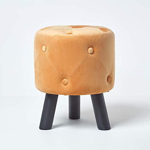 Homescapes Samt-Fußhocker Hampton, senfgelber Polsterhocker mit Holzbeinen, gesteppter Dreibein-Hocker im Vintage-Stil, 39 cm hoch, Ocker