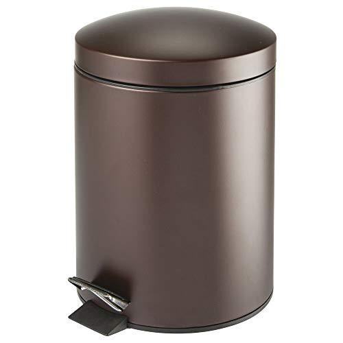 mDesign Cubo de basura con pedal – Contenedor de residuos de 5 litros de metal con tapa y cubo de plástico – Para cosméticos o como papelera de baño, cocina u oficina – color bronce