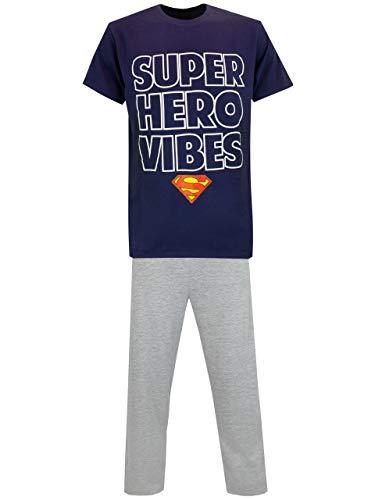 """Pijama para hombres de Superman. Esta pijama viene con una camiseta azul oscura con el eslogan """"Super Hero Vibes"""", completa con el icónico logo de Superman. En conjunto con pantalones grises, esta pijama es perfecta para un reportero que también es h..."""