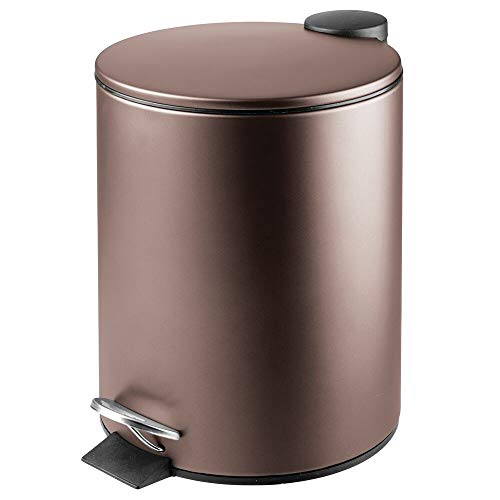 mDesign Papelera de baño Redonda – Contenedor de residuos de Metal con 5 litros de Capacidad, Pedal, tapadera y Cubo Interior – Elegante Cubo metálico para baño, Cocina o despacho – Color Bronce