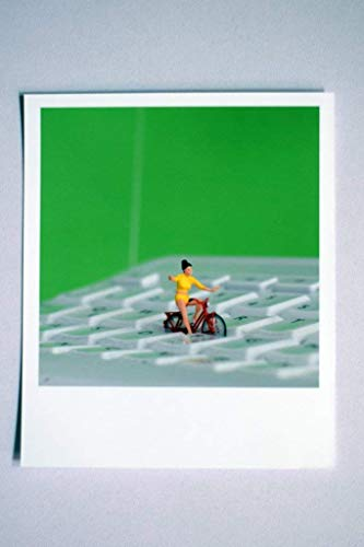 Coole fröhliche Fotografie im Retro-Polaroid-Format   Fahrrad-Fahrerin auf Tastatur in Balance   work life balance
