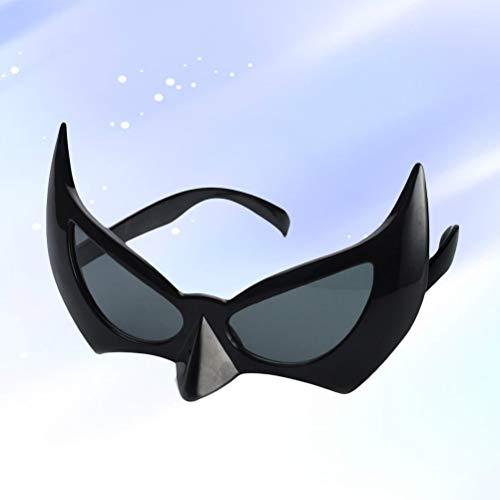 Un murciélago con alas de murciélago que atrae una foto original con gafas de sol,maquillaje para la fiesta de Halloween.