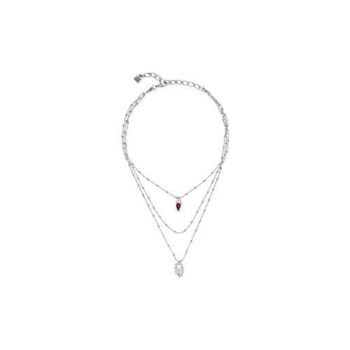 Collar Midi Triple bañado en Plata. Uno de Los Cordones está rematado por Un Charm con Cristal de Color Rojo de Swarovski® y Forma de gota y El otro por Un candado en Forma de corazón