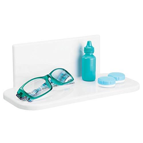 mDesign selbstklebendes Badregal aus BPA-freiem Kunststoff – kleine Duschablage für den Badezimmerspiegel – Badezimmerregal für Badzubehör, Zahnbürsten, Make-up oder zur Kosmetikaufbewahrung – weiß