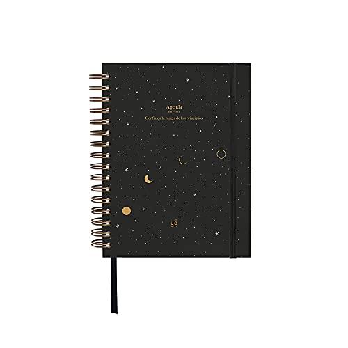 UO Agenda 2021 2022 DÍA PÁGINA. Luna. Papel 100gr, 126 pegatinas, goma elástica, cinta registro, separadores mensuales y bolsillo.17x22 cm