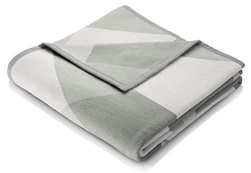 """biederlack® samt-weiche Kuschel-Decke I Made in Germany I Öko-Tex Made in Green I nachhaltig produziert I Wohn-Decke """"Salvia Follow"""" aus Baumwolle in grün-beige, Sofa-Decke in 220x240 cm"""