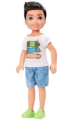 Barbie Mattel Club Chelsea – 15cm Puppe mit Skateboard-Grafik Outfit