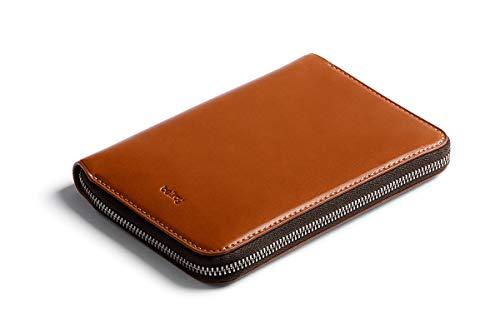 Bellroy Travel Folio, Funda de Piel Premium para Viajes, protección RFID (Caben 2 pasaportes, 4-8 Tarjetas, Tarjetas de embarque, Dinero y un bolígrafo) - Caramel
