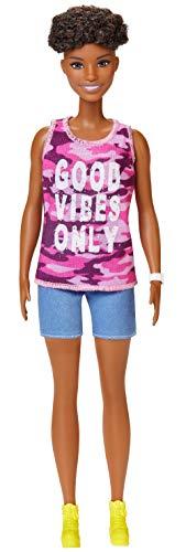 Barbie GHP98 - Fashionistas Puppe im pinken Camouflage Tanktop, Puppenspielzeug ab 3 Jahren