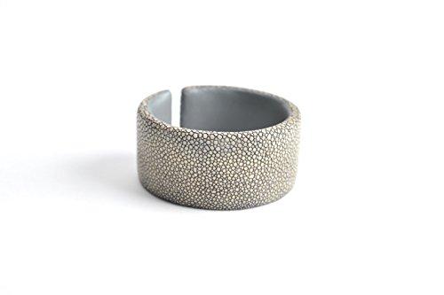 Damen Armband 'Gigi' Rochen-Leder Armreifen grau beige Arm-Reif Armspange Armschmuck für Frauen