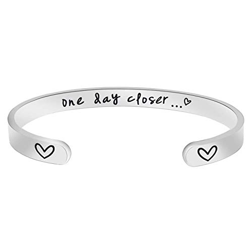 Jvvsci One Day Closer Cuff Bracelet, Long Distance Love for Army Wife, Military Girlfriend, Deployment Gift For Her Countdown LDR Love
