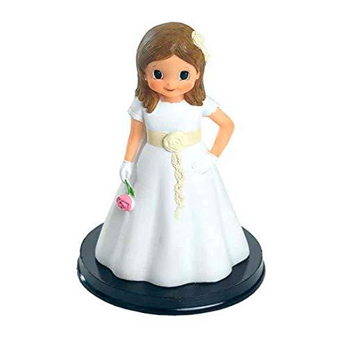 Figura tarta niña Comunión con vestido blanco, detalles beig y rosa en la mano. Recuerdo pastel Primera Comunión chica.