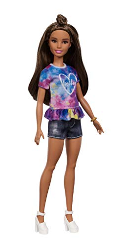 Barbie FYB31 - Fashionistas Puppe im Batik T-Shirt mit braunen Haaren und Dutt Frisur, Puppen Spielzeug ab 3 Jahren